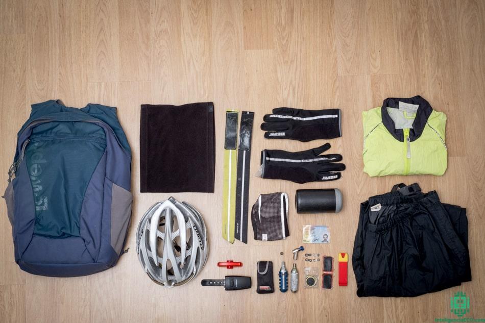 Mochila, casco, gafas, buff, guantes, cinta orejas, sujeta pantalones, herramientas, chubasquero.