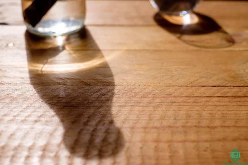 Sombra de botella de agua y vaso de cristal.