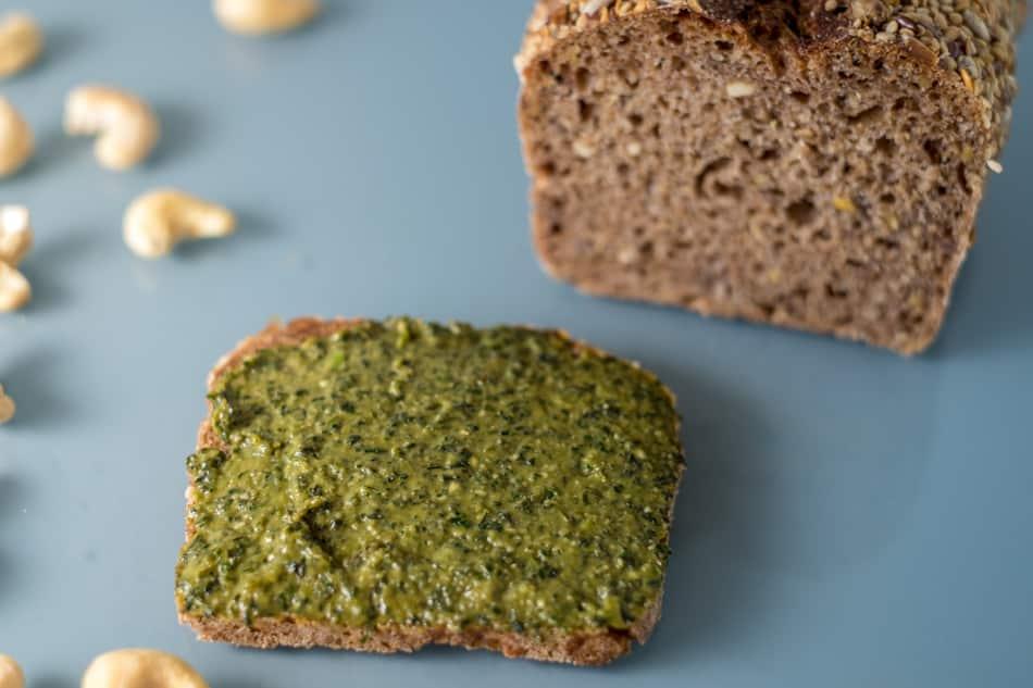 Comer el pesto vegano acompañado de pan.