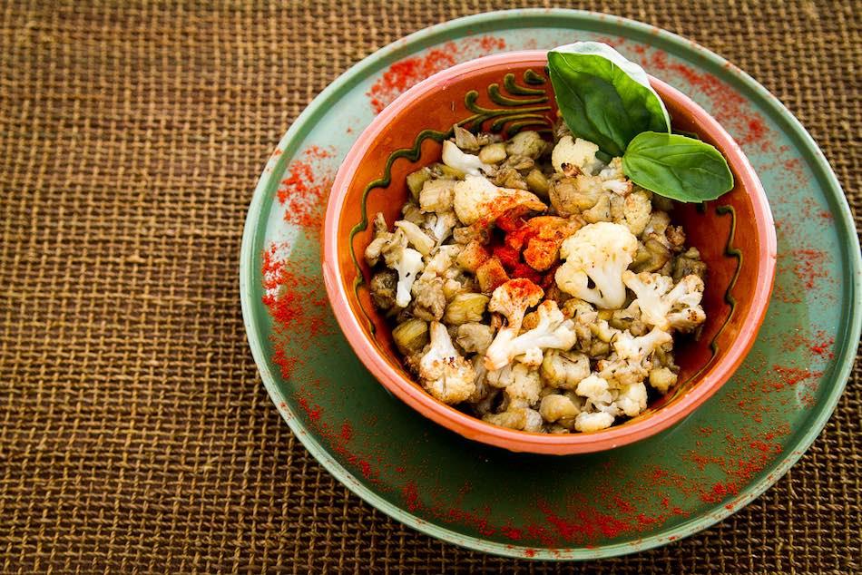 Receta 100% vegetal y saludable de asado de crucíferas aromatizadas. Foto de Luis García Vegan Food
