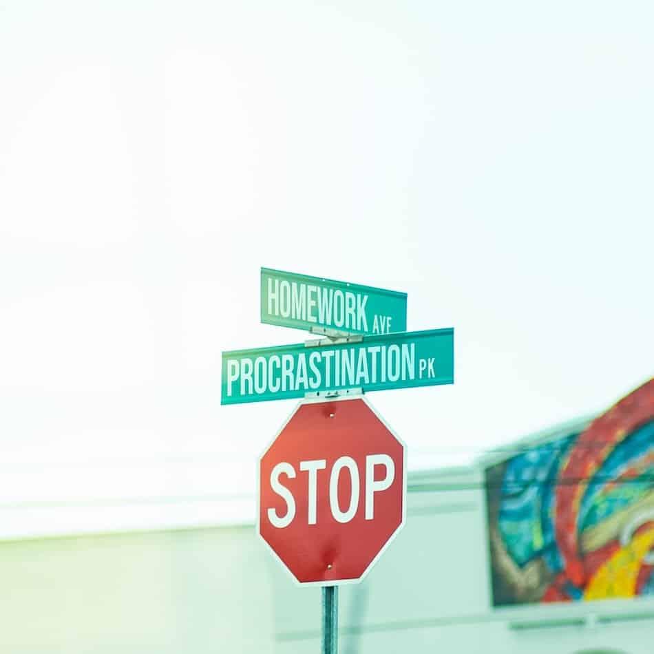 Stop procrastinación. Uno de los hábitos que te hace perder el tiempo.