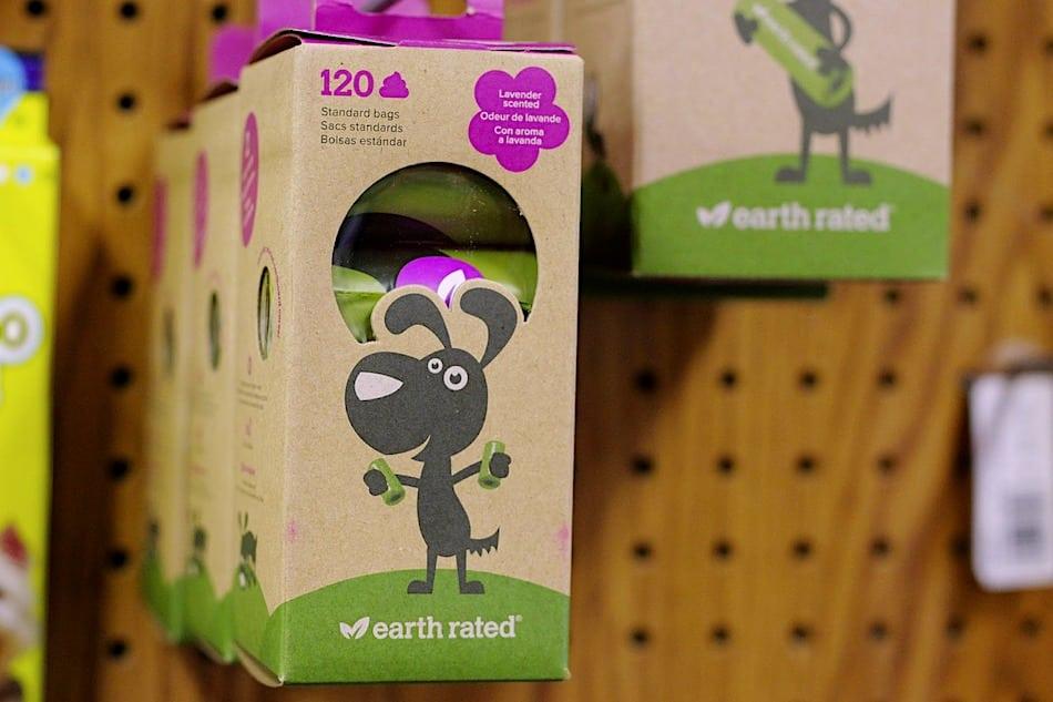 Bolsas de plástico no son una alternativa sostenible para recoger la caca de tu mascota. Existen mejores alternativas.
