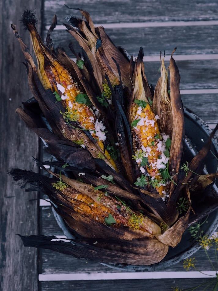 Ideas para hacer una barbacoa más sostenible empleando más vegetales como las mazorcas de maíz.