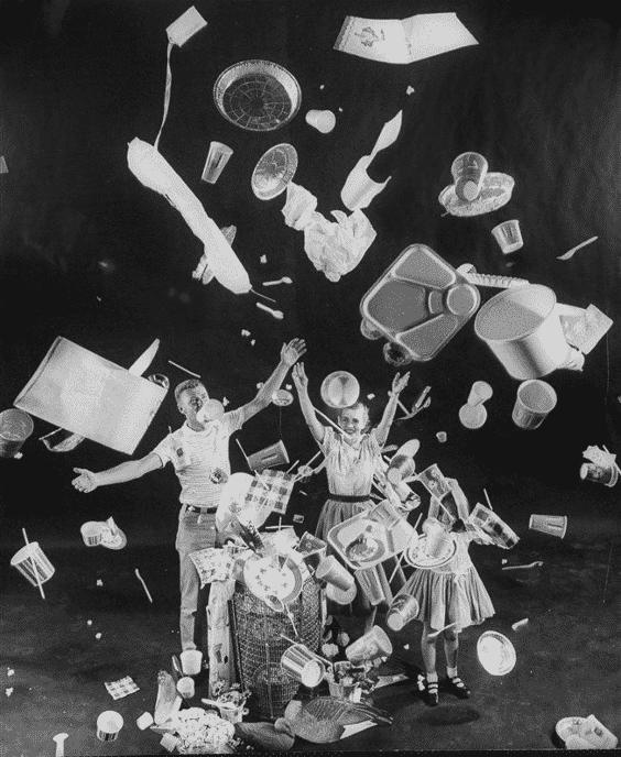 Fotografía de la revista life de 1955. Una familia tira al aire todos los productos de plástico de usar y tirar.