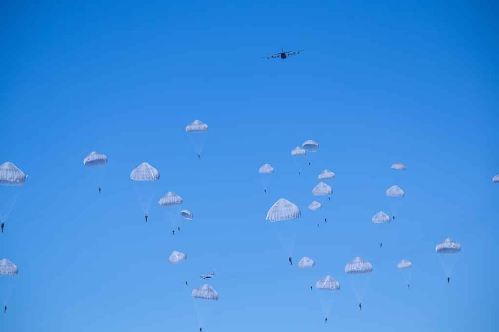 Paracaidistas saltando de un avión. El nailon en la segunda guerra mundial se requisó para usos militares.